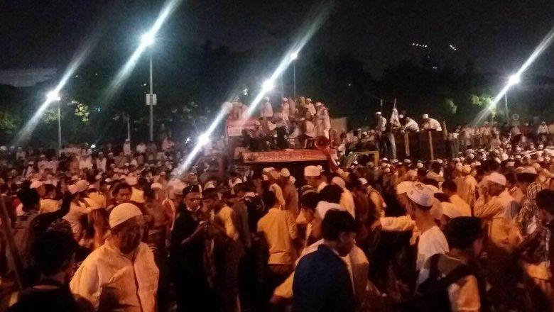 Tiba di Depan Gedung DPR, Habib Rizieq Pimpin Massa FPI Salat Berjamaah