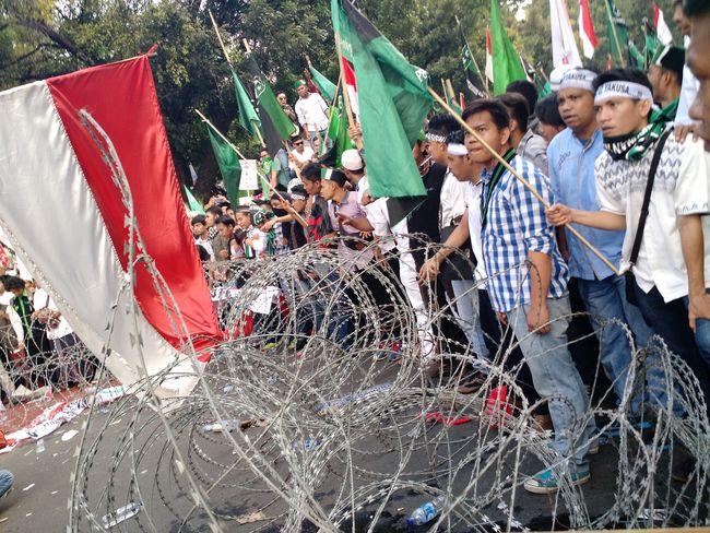 Menjelang Petang Teriakan REVOLUSI Menggema di Depan Istana Negara