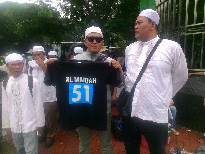Cari Rezeki di Tengah Demo, Demonstran Jual Kaos Al Maidah 51