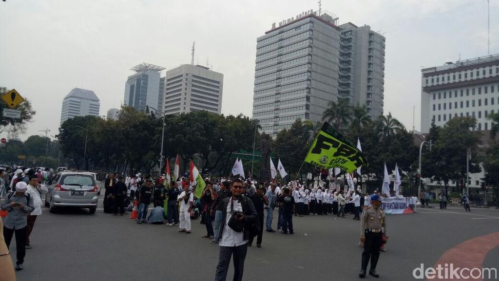 Demo 4 November, Demonstran Kibarkan Bendera Merah Putih