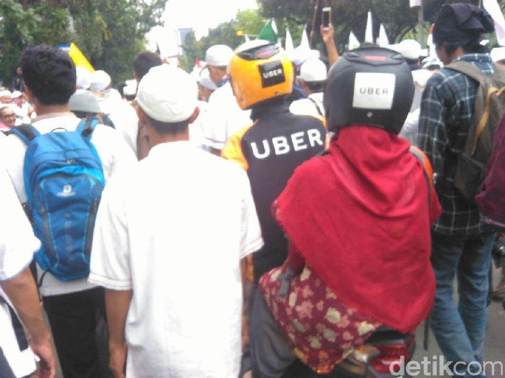 Ketika Ojek Uber Berada di Tengah Kerumunan Demo