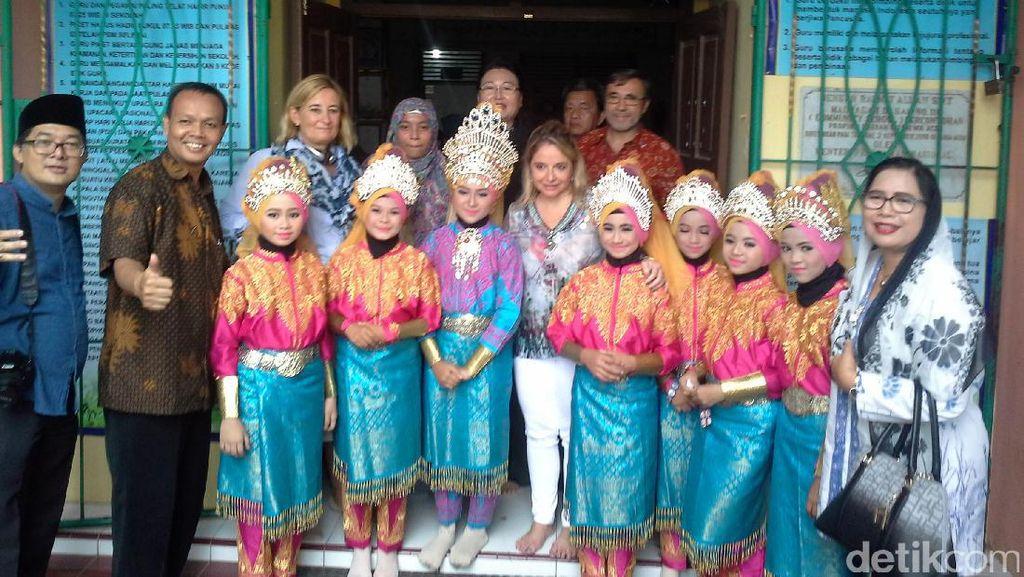 Kala Para Dubes Asing Berinteraksi dengan Anak SD di Aceh
