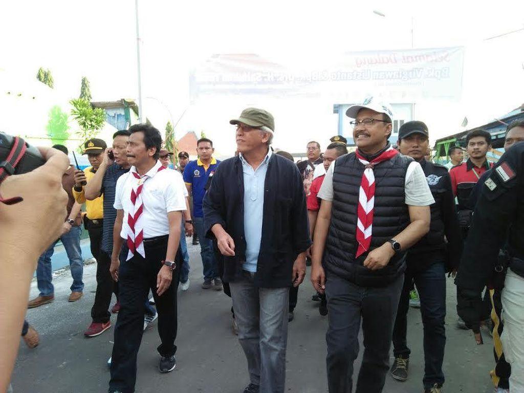 Sebelum Konser Pramuka di Surabaya, Iwan Fals Menanam Tunas Kelapa di Gresik