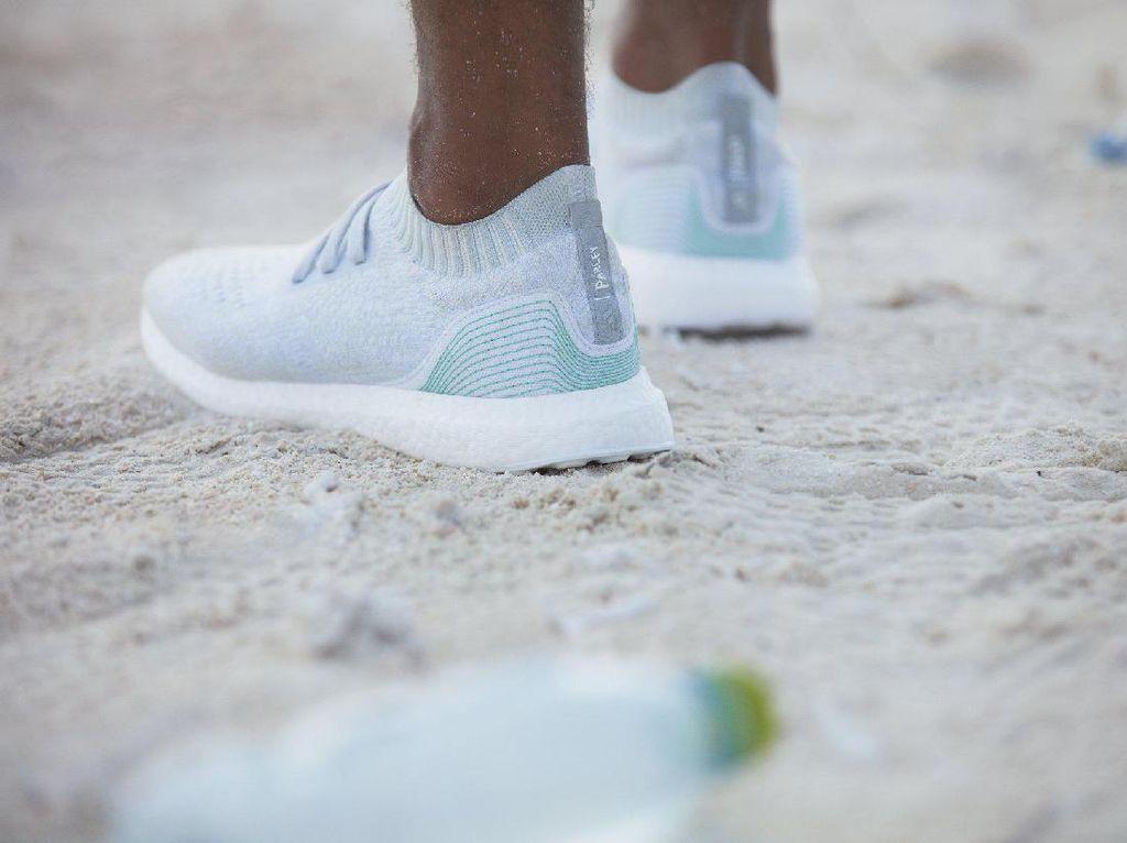 Sepatu ini Terbuat dari Sampah Plastik Lautan yang Didaur Ulang