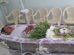 Masih Hidup, Wanita Ini Gelar Upacara Pemakaman untuk Dirinya Sendiri