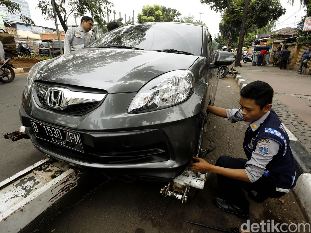 Tindak Mobil Parkir Sembarangan, Dishub Gandeng Polisi dan Lurah