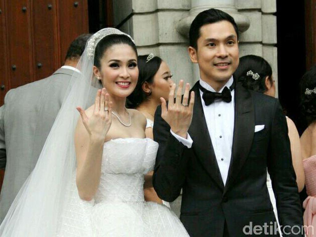 Sandra Dewi Resmi Menikah, Femmy Permatasari Bantah Operasi Implan Payudara