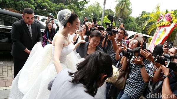 Like a Princess! Sandra Dewi Tiba di Katedral