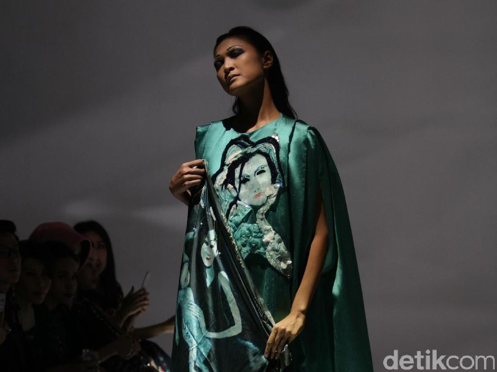 Lukisan Wanita Bermata Hitam Karya Jeihan dalam Koleksi Busana Mel Ahyar