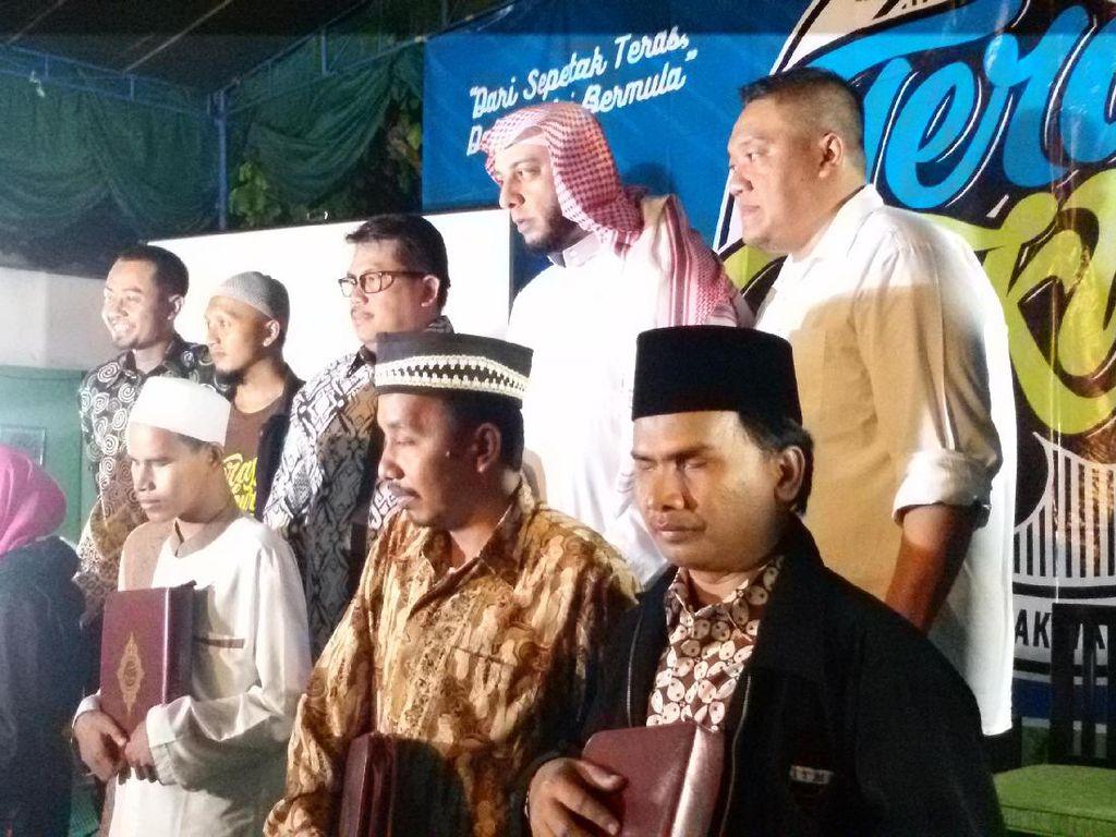 Syekh Ali Jaber Bagikan Alquran Braile Digital dalam Pengajian di Yogyakarta