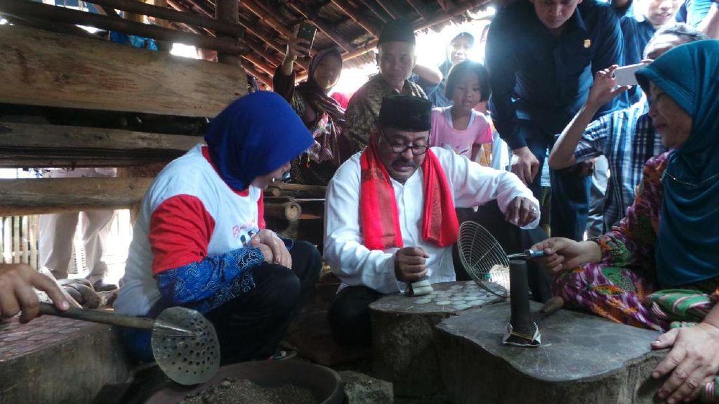 Kampanye di Pandeglang, Rano Karno Babacakan dengan Warga Pembuat Emping