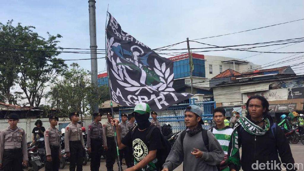 Kawal KLB PSSI, Ratusan Bonek Sudah Tiba di Stadion Tugu