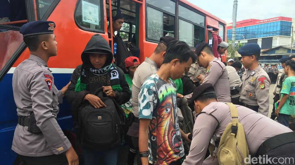 Polisi Ciduk 3 Bonek yang Bawa Senjata Tajam di Stadion Tugu
