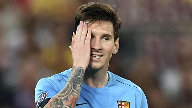 Barcelona's Argentinian forward Lionel Messi reacts after missing a goal during the UEFA Champions League football match between  AS Roma and FC Barcelona at the Rome Olympic stadium, on September 16, 2015 .            AFP PHOTO / ALBERTO PIZZOLI / AFP PHOTO / ALBERTO PIZZOLI