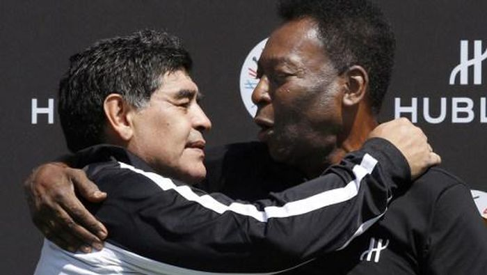 Former Argentinian football international Diego Maradona (L) and former Brazilian footballer Pele pose after a football match organised by Swiss luxury watchmaker Hublot at the Jardin du Palais Royal in Paris on June 9, 2016, on the eve of the Euro 2016 European football championships. / AFP PHOTO / PATRICK KOVARIK