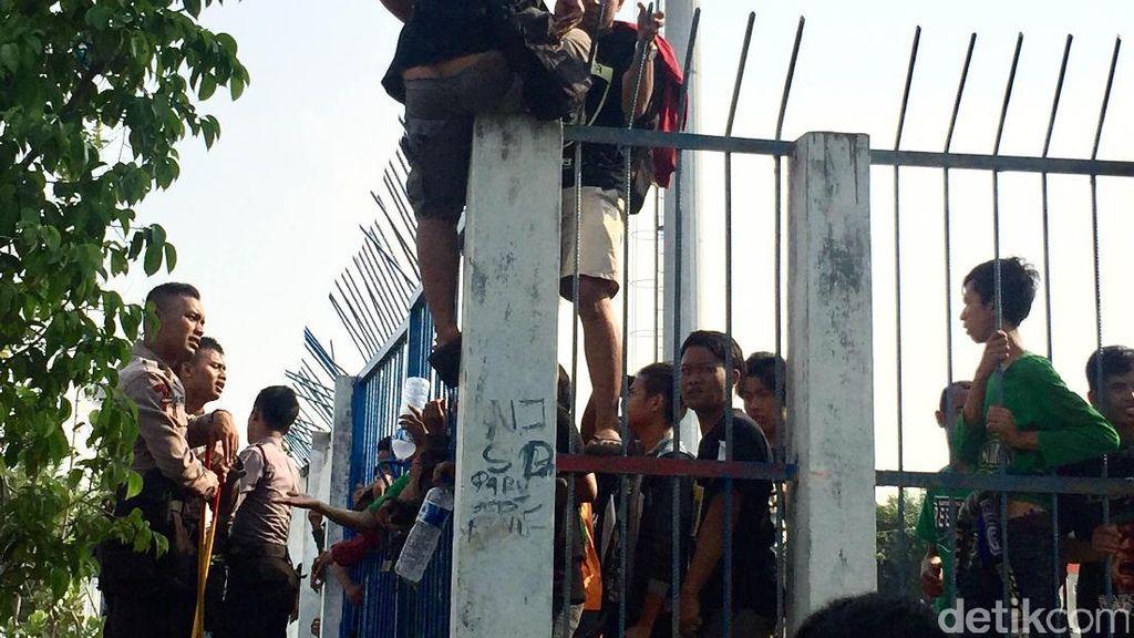 Tak Boleh Datangi KLB PSSI, Bonek Lempari Polisi dengan Nasi Bungkus