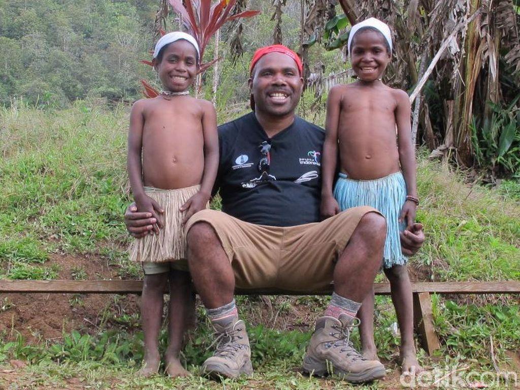 Jauh dari Gadget, Ini Cara Anak Suku Adat Papua Habiskan Waktu