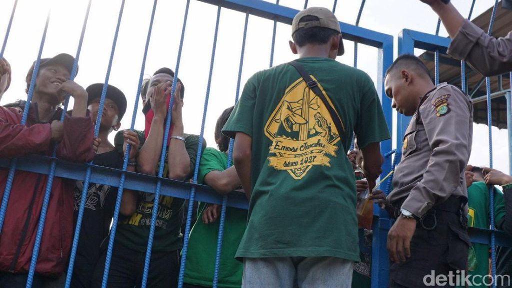Ratusan Bonek di Stadion Tugu Dikawal Polisi