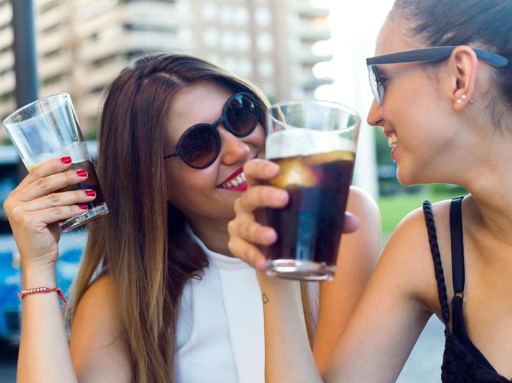 Minum Air Es Saat Haid Bisa Picu Kista dan Kanker Rahim?