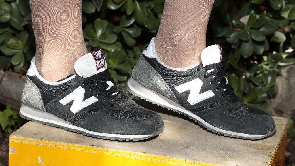 New Balance Dukung Donald Trump, Netizen Pamer Foto Bakar & Buang Sepatu