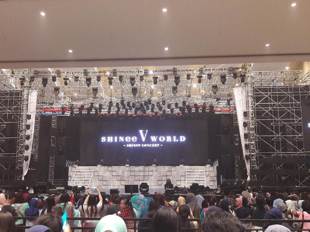 Meski Hujan, Shawol Sudah Padati Venue Konser SHINee World V Sejak Pagi