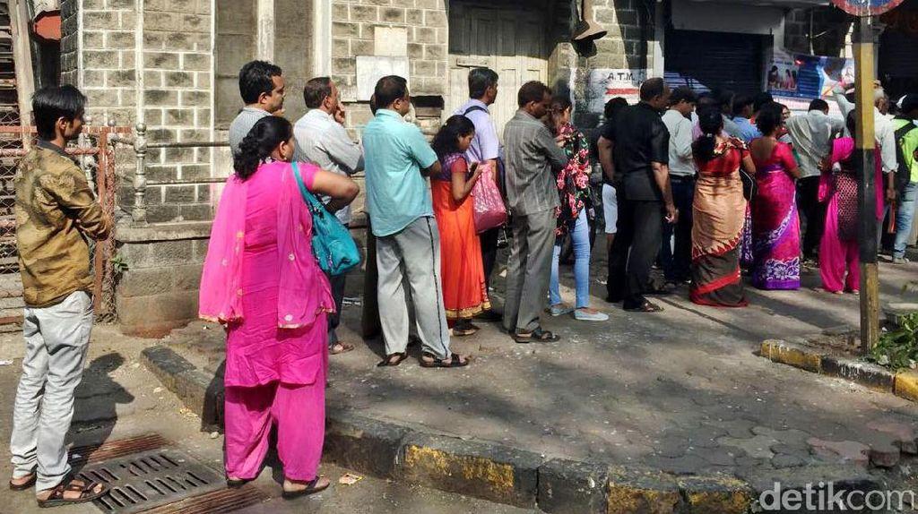 Pedagang Valas Setop Jual 500 dan 1.000 Rupee