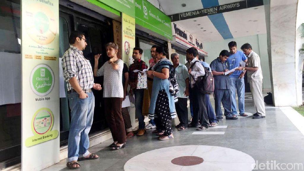 Warga India Antre Tukarkan Uang 500 dan 1.000 Rupee