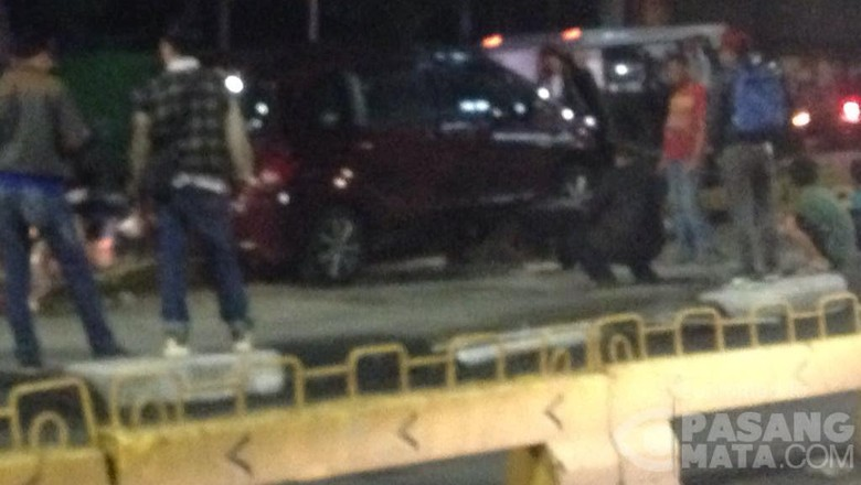 Honda Freed Tabrak Separator TransJ Di Depan Mapolsek Pancoran