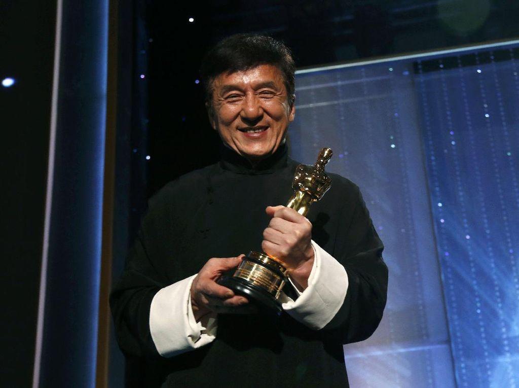 Raih Piala Kehormatan Oscar, Jackie Chan Semringah Banget
