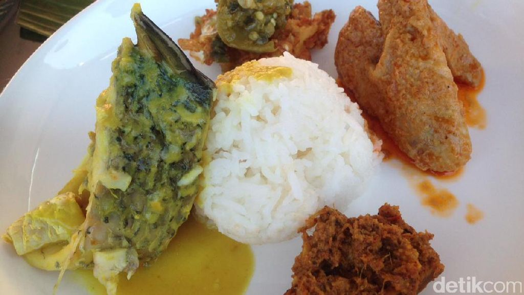 Nasi Padang dan Sate Buntel Dibagikan Gratis pada Pengunjung Festival
