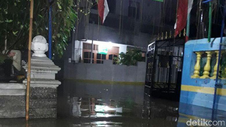 Tanggul Di Perumahan Total Persada Tangerang Meluap, Ratusan Rumah Terendam