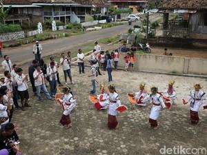 Tarian Melinting Sambut Risers di Desa Wana