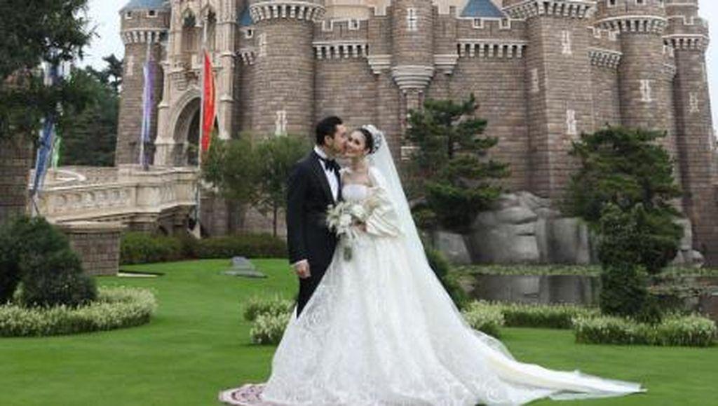Menikah di Disneyland, Sandra Dewi Bak Princess Pakai Gaun Didi Budiardjo