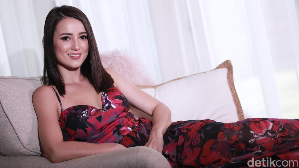 Julie Estelle Sexy in Red!