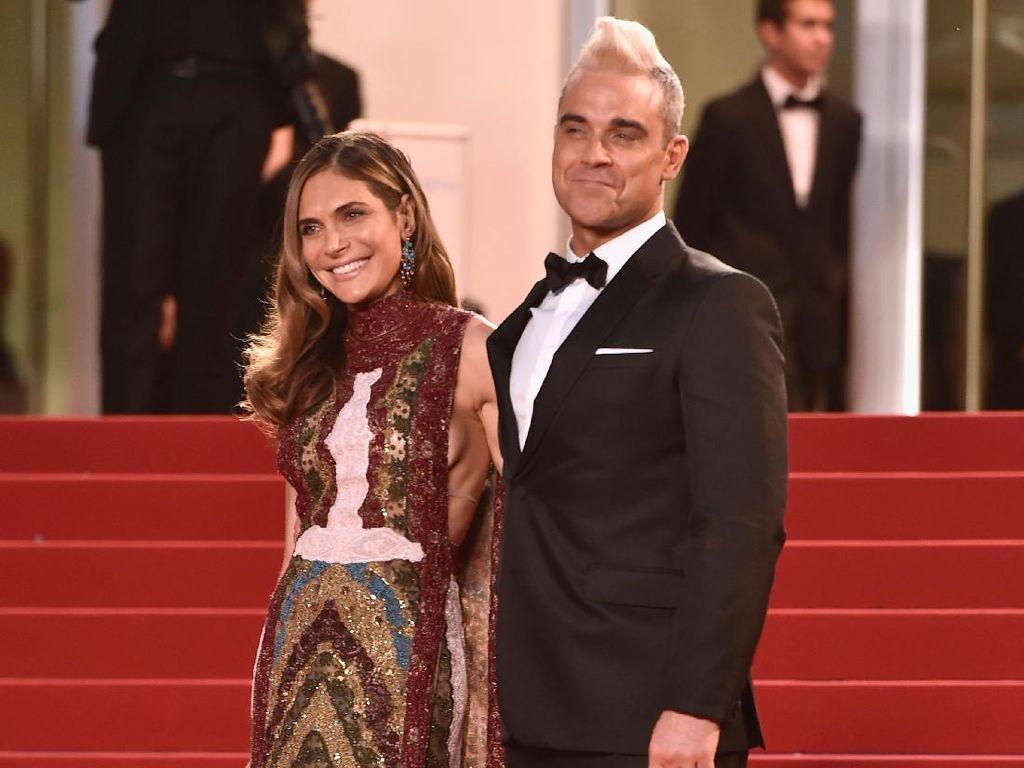 So Sweet! Isi Surat Cinta buat Robbie Williams dari Putrinya