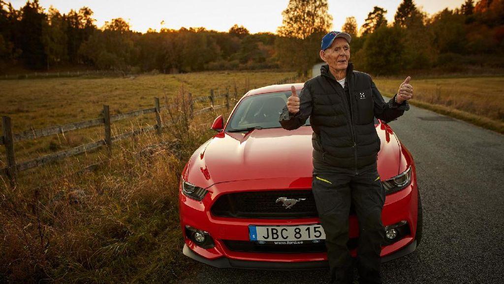 Orang Tertua yang Masih Gemar Nyetir Ford Mustang