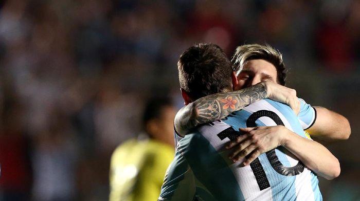 Lionel Messi merayakan kelolosan Argentina (REUTERS/Enrique Marcarian)