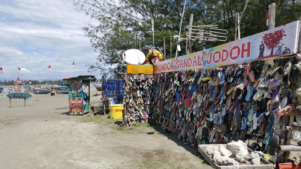 Bukan Gembok Cinta, Ini Sandal Jodoh di Bengkulu