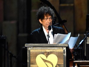 Bob Dylan Nyanyikan Ulang Lagu Frank Sinatra