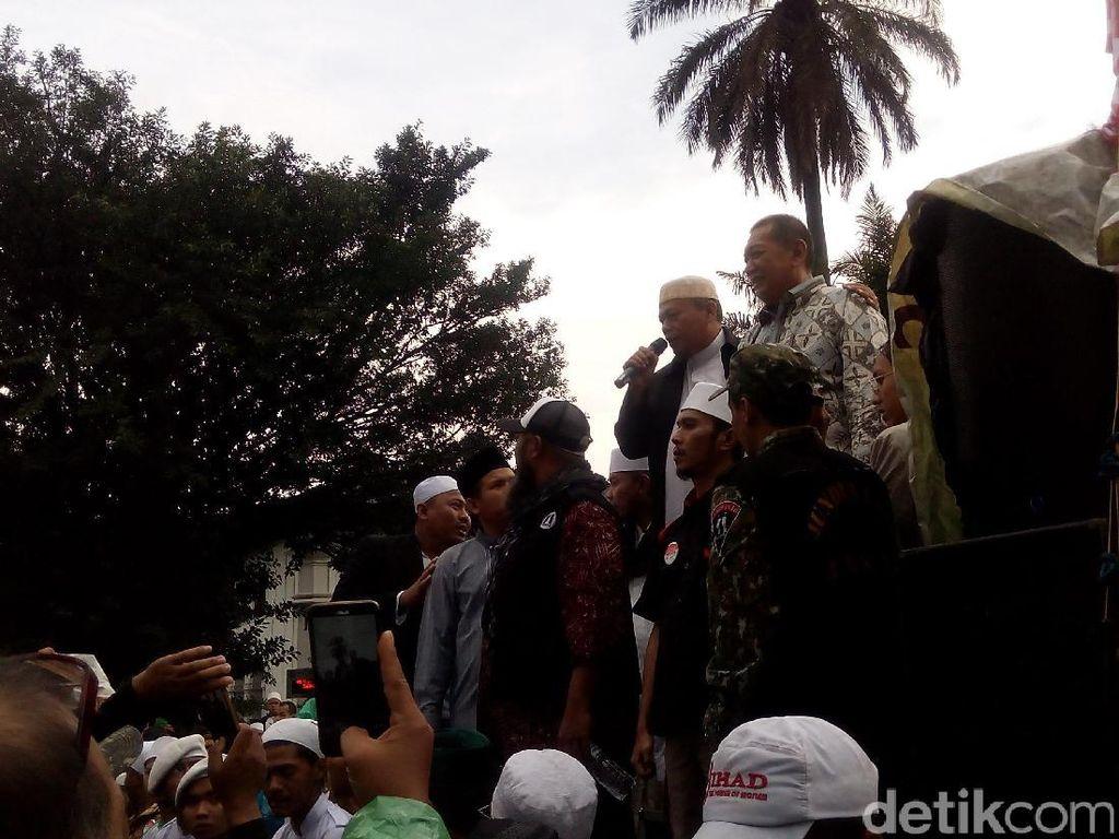 Deddy Mizwar Menangis di Hadapan Massa Demonstrasi Ahok di Gedung Sate