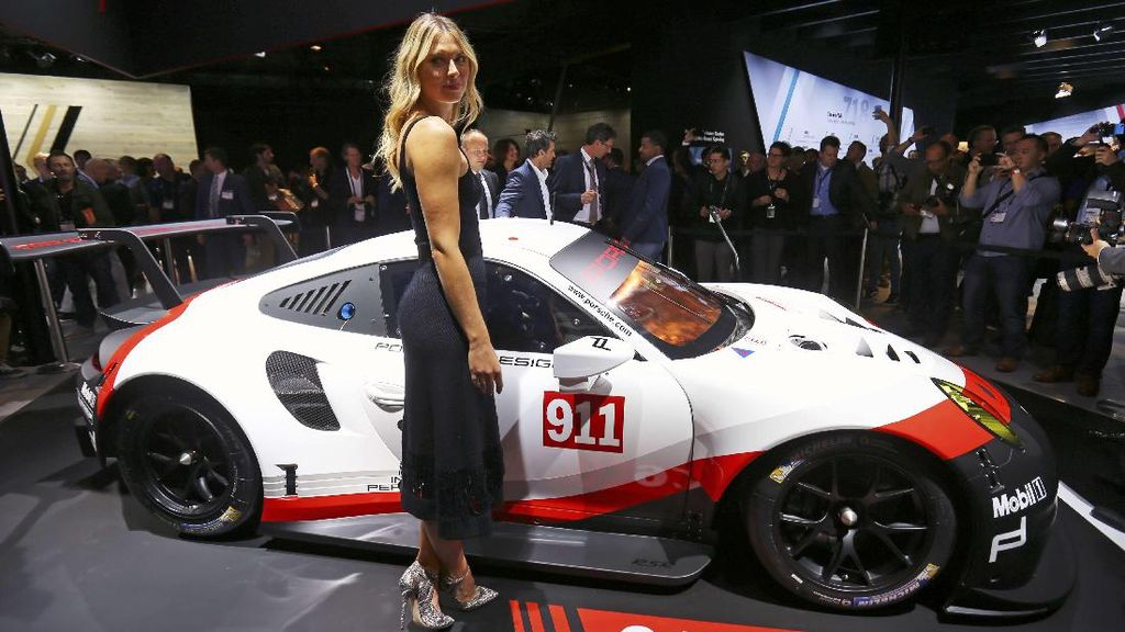 Sharapova Jadi Model Los Angeles Auto Show