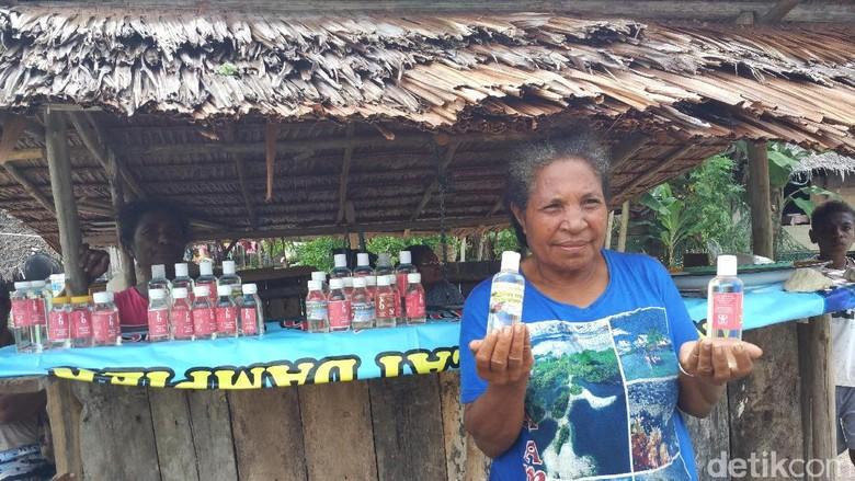 Foto: Mama penjual Virgin Coconut Oil di Desa Yenbuba, Raja Ampat (Sukma/detikTravel)