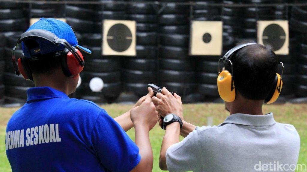 Latihan Menembak Para Pengusaha Muda