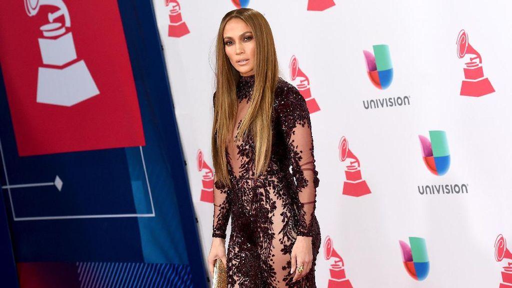 Foto: Seksinya Jennifer Lopez Pakai Jumpsuit Menerawang di Latin Grammy