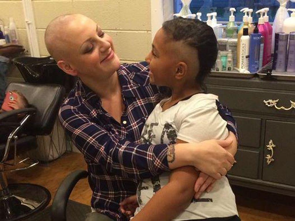 Ibunya Botak karena Kanker, Anak 9 Tahun Ini Ikut Botaki Sebagian Rambutnya