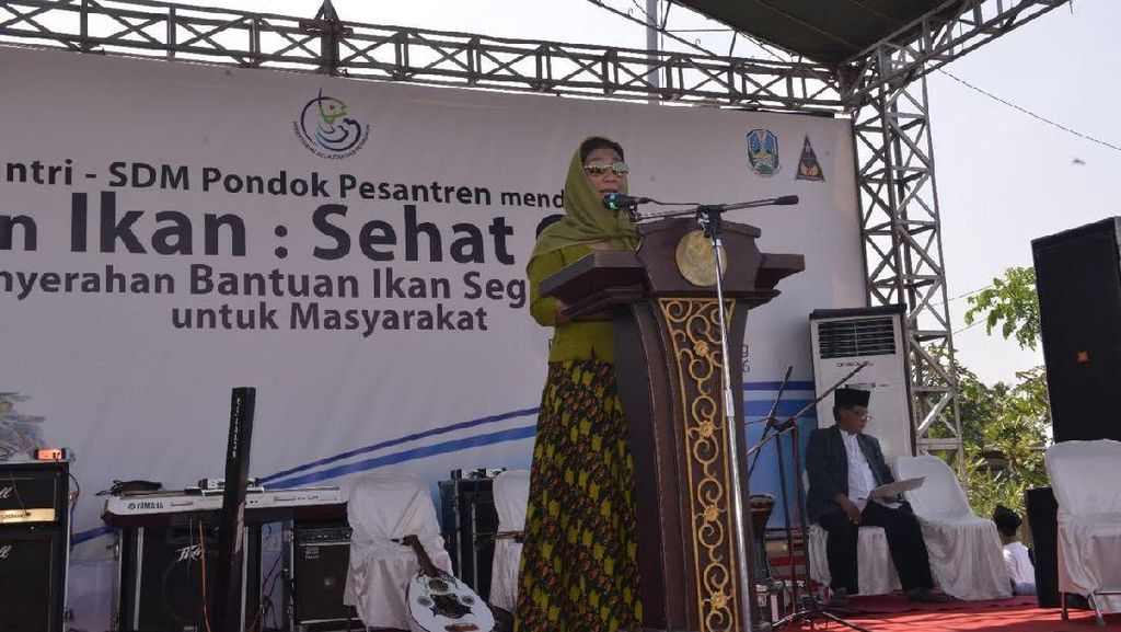 Menteri Susi Ajak 7.445 Santri Tebuireng Makan Ikan Bareng