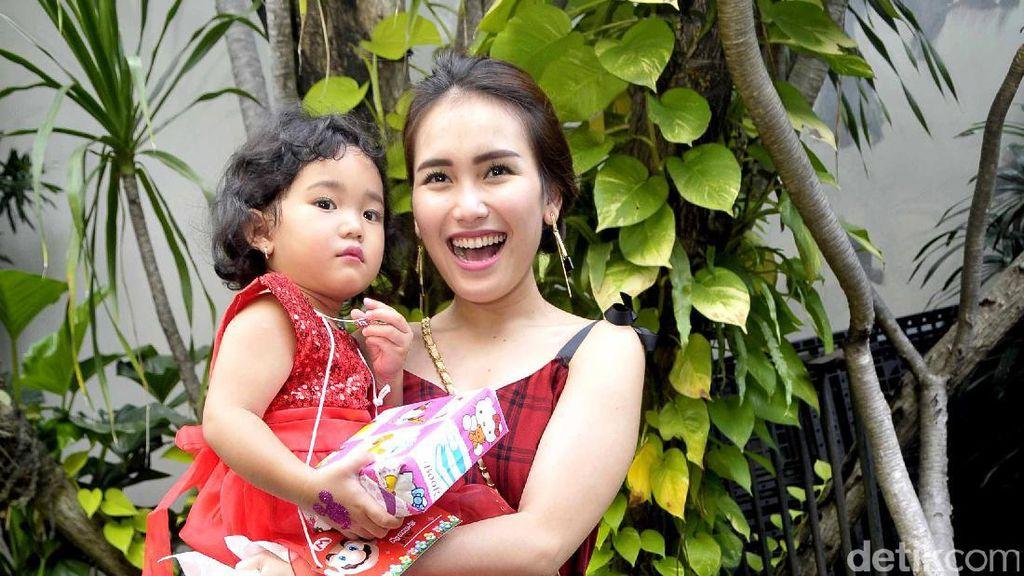 Cerita Ayu Ting Ting Soal Persiapan Umroh dan Membawa Bilqis
