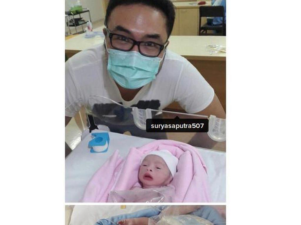 Jadi Ayah Siaga, Surya Saputra Rela Begadang dan Ganti Popok Anak