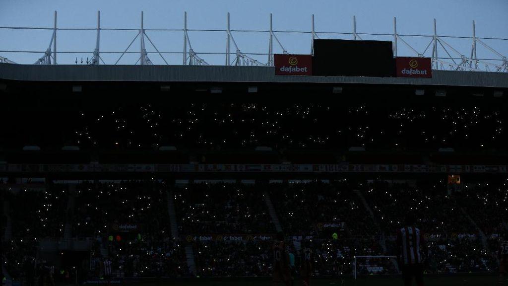 Ironis! Mati Lampu di Stadion Cahaya