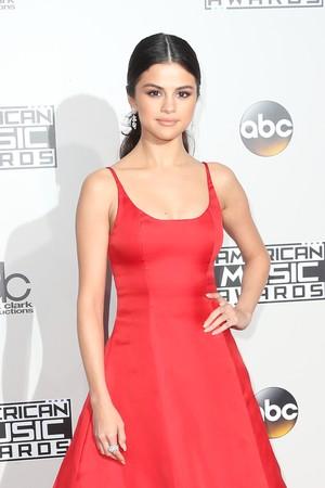 Selena Gomez Tak Merasa Bersalah Dekat dengan Mantan Bella Hadid